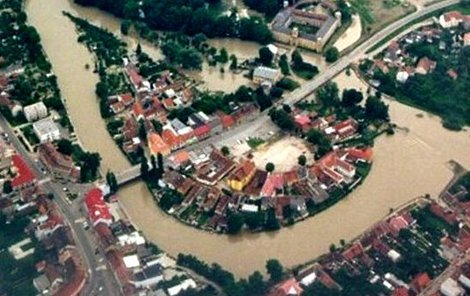 Letecký pohled na Veselí nad Moravou v době povodně v roce 1997.