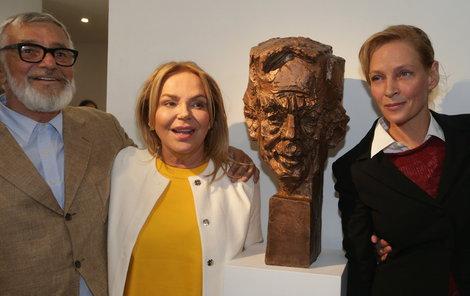 Jiří Bartoška, Dagmar Havlová, Uma Thurman a Zdeněk Makovský na odhalení busty Václava Havla.