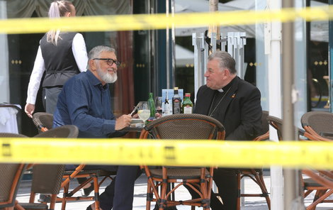 Požehnat přišel prezidentovi filmového festivalu Jiřímu Bartoškovi (70) sám kardinál Dominik Duka (74).