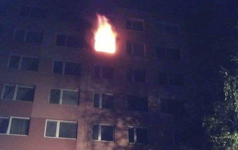 Plameny šlehaly z okna.