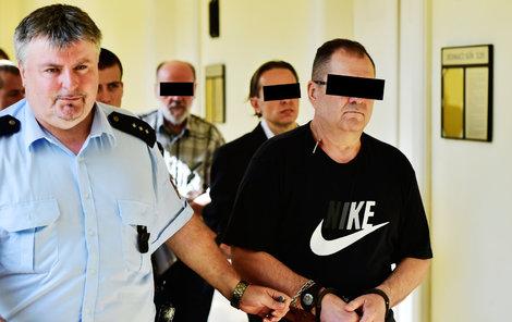 Tři obvinění z přípravy nájemné vraždy: V popředí stojí Orban za ním podnikatel Sáček a vzadu zprostředkovatel Mišík