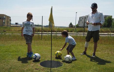 Starší syn Kolja si statínkem fotbalgolf užil. Věnuje se totiž fotbalu od malička.