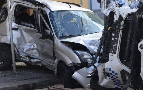 Vůz strážníků se na křižovatce srazil s dalším autem.