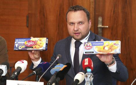 Ministr zemědělství Marian Jurečka ukazuje shodné a přesto rozdílné rybí prsty.