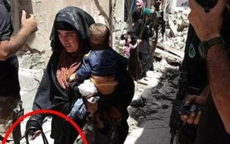 Žena se prý chovala podezřele a ve chvíli, kdy na ni vojáci promluvili, se odpálila.