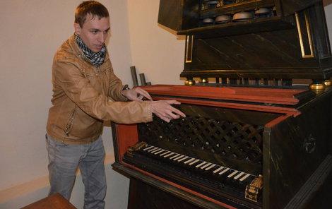Je unikátní, ve světě jediný dochovaný barokní zvonkový klavír.