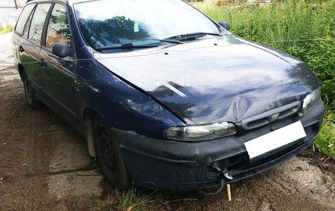 Na autě je ještě vidět lano, které se přetrhlo, a vůz pak srazil holčičku.