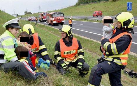 Hasiči a policisté vyděšené děti utišili a odvedli jejich pozornost od nehody. Vybavili je také plyšáky.