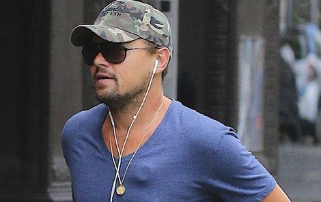 DiCaprio má na své hrudi dle expertů umístěnou modernější verzi pro monitorování srdce.