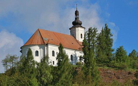 Na Uhlířský vrch vede křížová cesta.