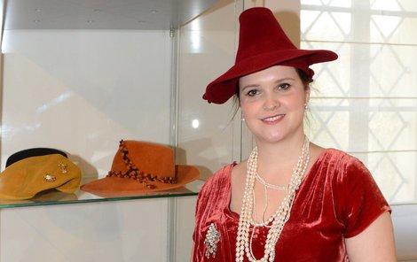 Doktorka práv má nevšední zálibu: šije klobouky.