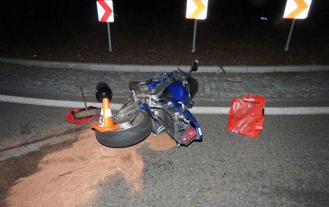 Motorkář havaroval na kruhovém objezdu.
