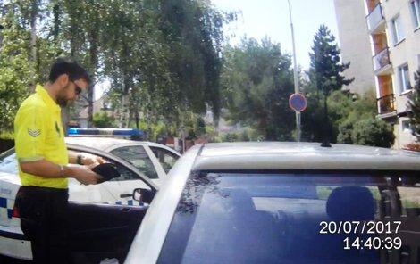 Strážník kontroluje opilou řidičku.