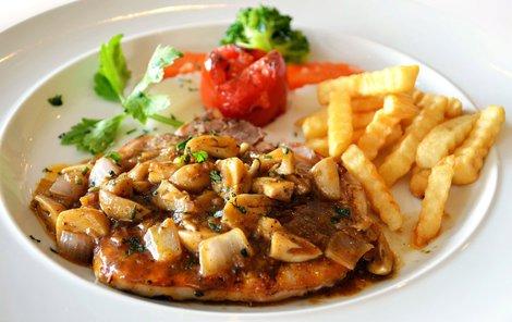 Steak s houbami můžete podávat s hranolky nebo jen se zeleninou a chlebem.
