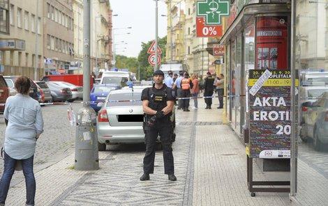 Opletalova ulice byla kvůli přepadení částečně uzavřena.