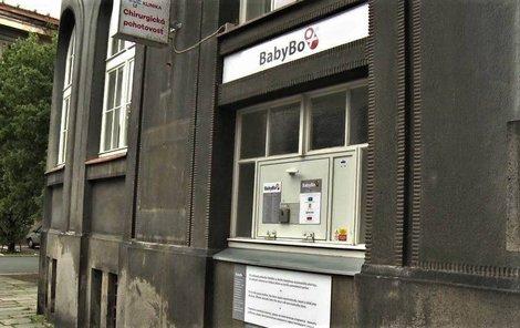 Babybox je vyhřívaná schránka, kam lze anonymně odložit novorozence.