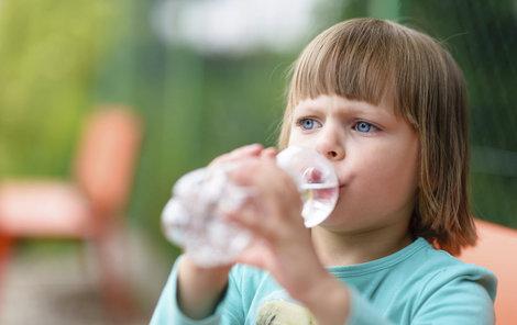 Naučit děti dostatečně pít je běh na dlouhou trať.