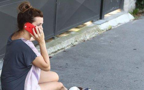 Marta po nehodě volala všem kamarádům o pomoc.