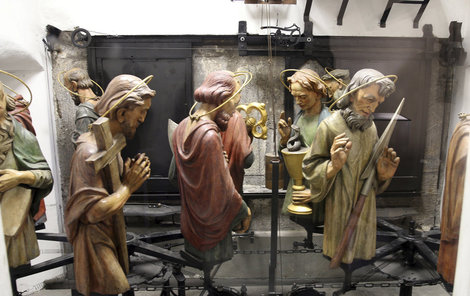 Pohled na mechanismus pohybu dvanácti apoštolů zblízka nabízí okénko z předsálí kaple.