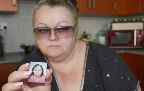 Paní Denková ukazuje fotku své zemřelé matky Blanky (†75).
