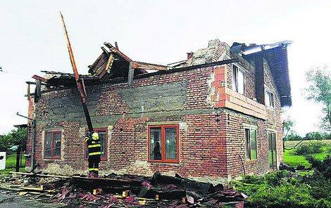 Smršť odnesla střechy patnácti domů.