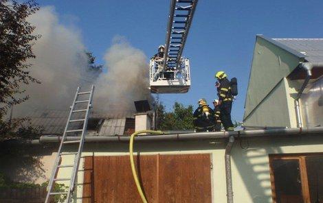 Dům rodiny hořel obrovskými plameny.
