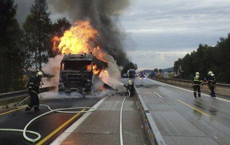 Na D1 začal hořet kamion, který převážel melouny