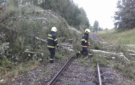Zablokované byly i trasy železnic.