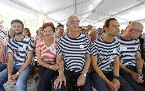 Námořníci zabloudili na pevninu? Ne, to je posádka prezidentského kandidáta.