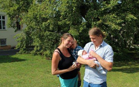 Šťastná rodina se při odjezdu domů symbolicky vyfotila u stromu, kde Barborka přišla na svět.