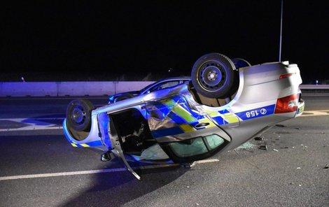 Policejní auto skončilo na střeše.