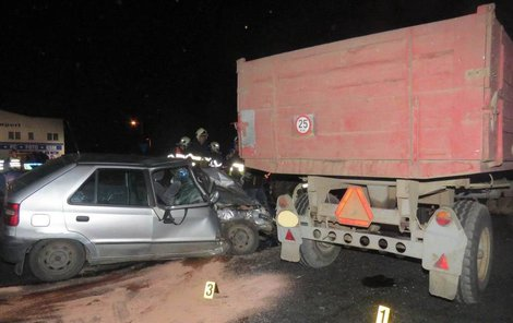 Osobní vůz s traktorem, dvě děti a tři dospělí skončili v nemocnici.