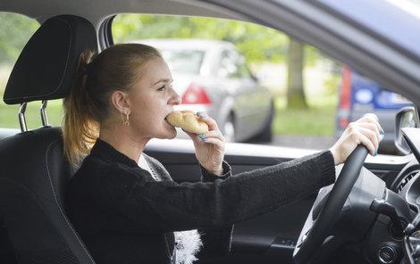 17 % řidičů jí Komzumujícíc řidiči jsou často ve stresu. Nasvačte se raději jinde.