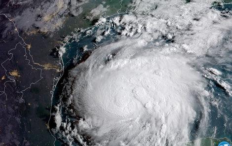 Texas se připravuje na nejničivější hurikán za posledních 10 let. Harvey může být podle předpovědí životu nebezpečný. Lidé si nakupují zásoby jídla, zabezpečují domy i lodě, kdo může odjíždí
