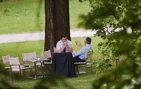 26. srpna 1992, Brno O čem asi mluvili? Tajné jednání Vladimíra Mečiar a Václava Klause na zahradě vily Tugendhat. 8. července dohodli rozdělení země a 26. srpna ji v písemné podobě podepsali.