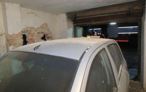 Auto nebylo překvapivě v bezpečí ani v garáži.