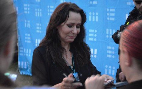 Při autogramiádě se zpěvačka při vlídných slovech fanoušků rozplakala.