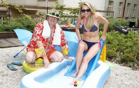 Pracovat v hicech v bazénku je sen snad všech pracujících!