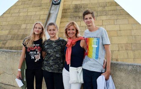 Jako máma vychovává hned tři děti: zleva Nevlastní Nela (12) Vlastní Ema (11) Nevlastní Dominik (15)