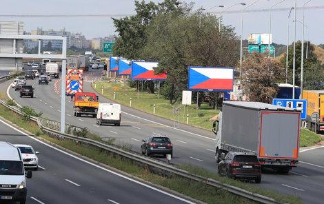 Vlajky místo reklam, tohle je boj za billboardy u silnic.