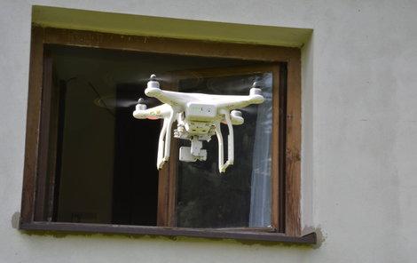 Už načuhuje! Dron letící kolem okna.