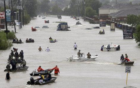 Bouře Harvey zasáhla Texas. Ulice Houstonu se proměnily v řeky
