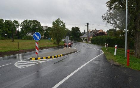 Na silnici přibyly patníky a ubyly matoucí čáry.