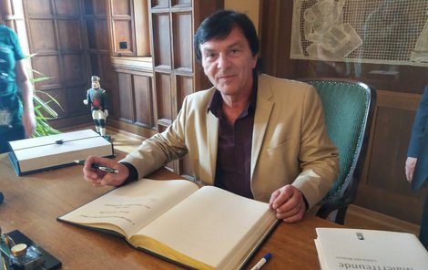 Herec se podepsal do kroniky města Annaberg Buchholz.