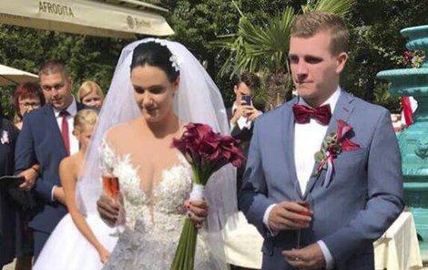 Novomanželé Tereza N. B. (26) a Ondřej N. (24) na zahradě zámku ve slovenských Čereňanech.