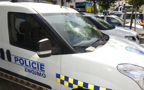 Lump rozbil sklo auta přímo před služebnou strážníků.