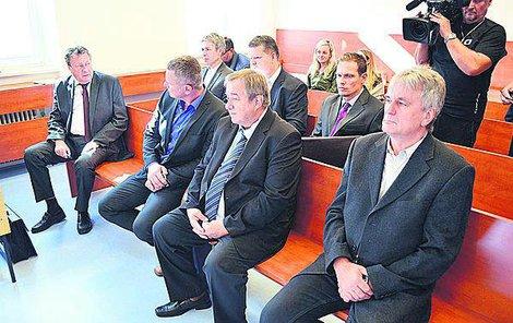 Na lavici obžalovaných včera sedělo sedm mužů, tři se omluvili.