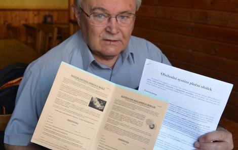 Josef Horák ukázal letáky, které obdržel.