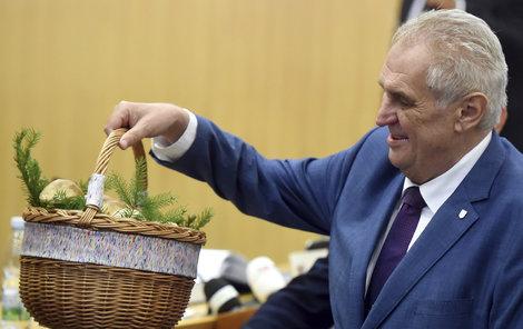 Miloš Zeman dostal na Ostravsku houby a měl z nich radost.