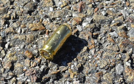 Na ulici se válely vystřelené nábojnice.
